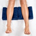 Polštář KNEE & LEG Qmed 25 x 20 x 17 cm pro spaní na boku